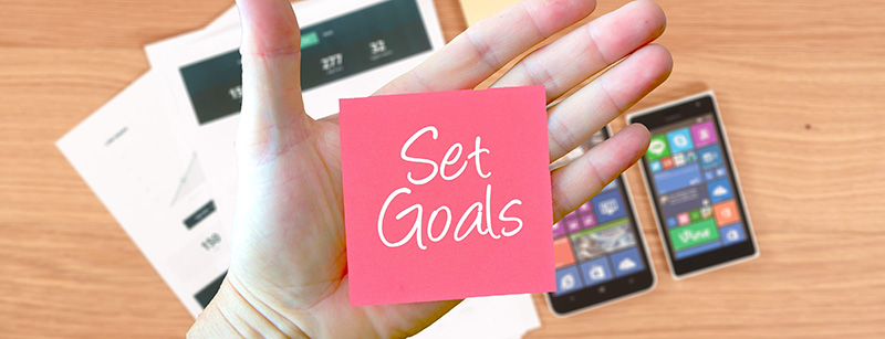 Hand-with-post-it-note-SMART-Goals.